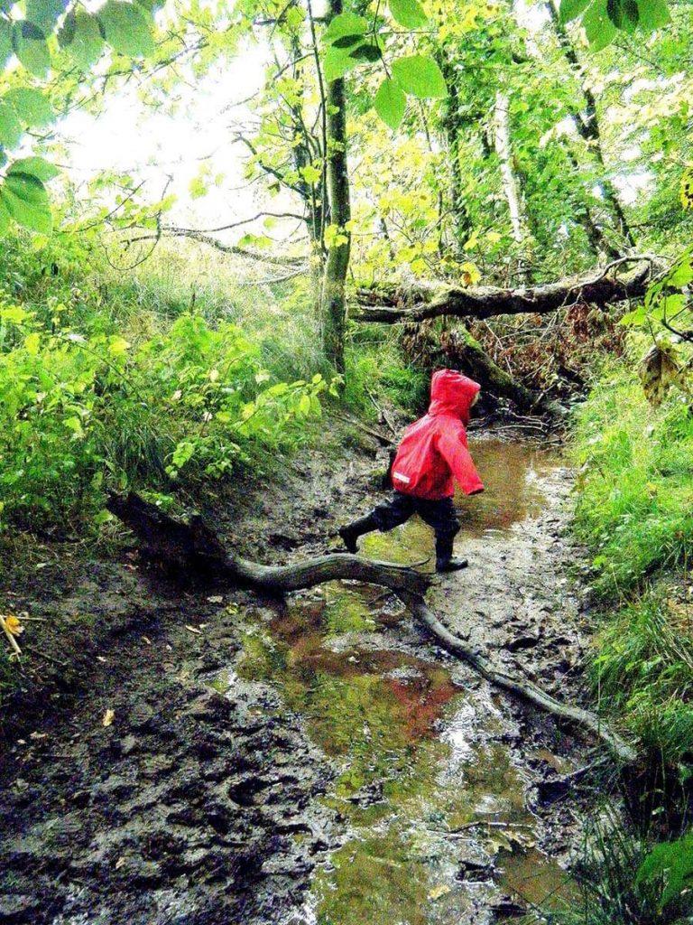Dítě skáče přes potok